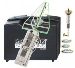 Digitale hoogfrequent analyser  van 27 tot 3300MHz met omvangrijke toebehoren, zoals een LogPer meetantenne, een UBB27-G3 antenne, lader, accupack en dit tesamen in een ruime kunststof koffer.